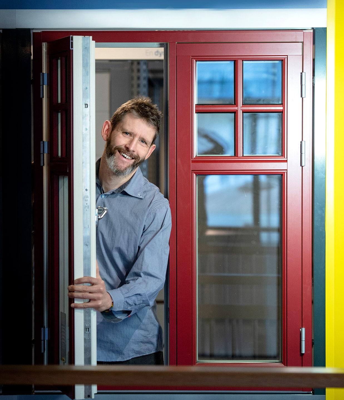 Thomas Ljung tittar ut genom ett fönster